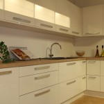 Kök i högblank vit laminat.